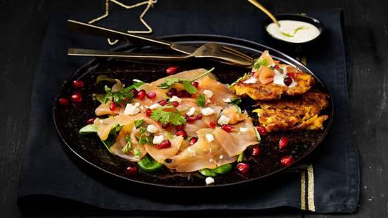 Zalmcarpaccio met zelfgemaakte limoenmayonaise, granaatappelpitjes, koriander en aardappelrösti