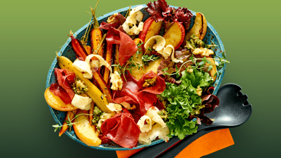 Salade met bresaola, geroosterde regenboogwortels, herfstkaas van de boerderij, walnotenpesto en gekarameliseerde appeltjes