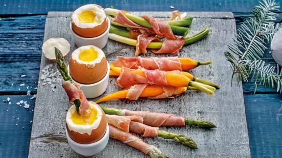 Mini groenten omwonden met krokant gebakken ontbijtspek en ei-dip