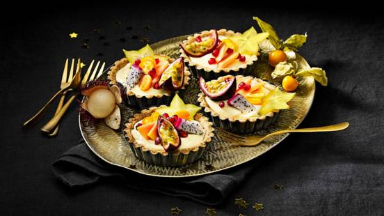 Tartelettes gevuld met lemoncurd en tropisch fruit