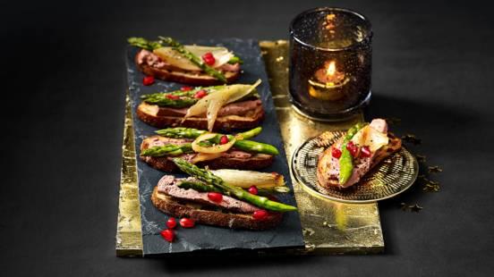 Crostini's met roompaté, gegrilde groene aspergetips en een gouden zoet-zuur uitje