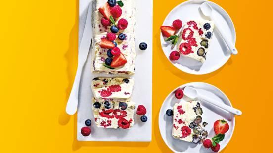 Romige semifreddo ijstaart van blauwe bessen en frambozen