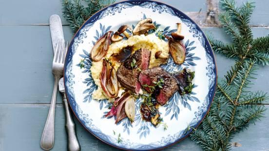 Ossenhaas met bloemkoolpuree, kaas en gebakken paddenstoelen