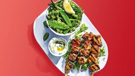 Shaslick met groene broccoli-rijstsalade en yoghurt-muntsaus