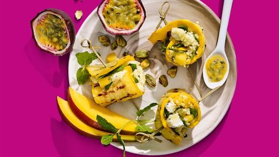 Gegrilde courgetterolletjes met tropische couscous met passievrucht en mango