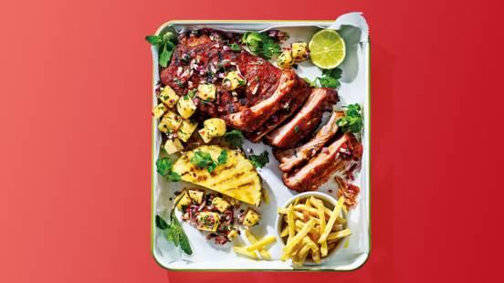 Spareribs van de BBQ met verse ananas-avocadosalsa en frietjes