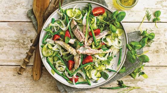 Frisse salade van makreelfilet, zoetzure komkommer en venkel