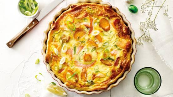 Zalmquiche met worteltjes, lente-ui en dille