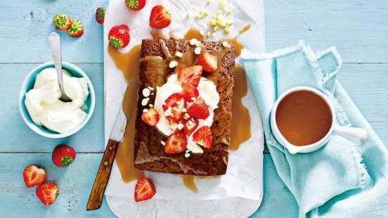 Brownie met zoute karamelsaus en aardbeien