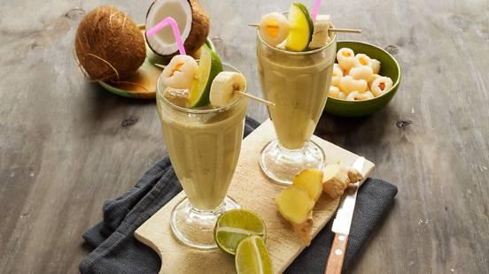 Japanse groene thee-ijssmoothie met lychees, banaan, limoen, gember en kokoswater