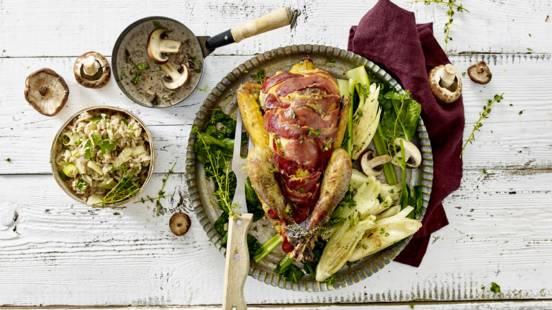 Venkel citroen kruidenmixrijst met gebraden parelhoen gevuld met mascarpone en kastanjechampignons, omwonden met ham uit de oven