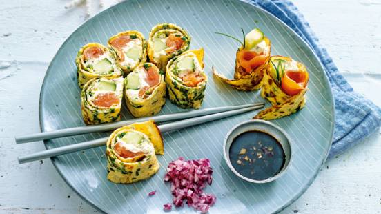 Sushi omelet met verse kruiden en zalm