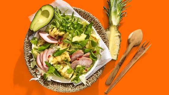 Salade met gerookte kip, gegrilde ananas, avocado, sugarsnaps en frisse kruiden