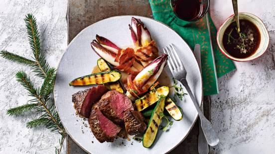 US angus steak met rode wijnsaus, gegrilde roodlof en courgette