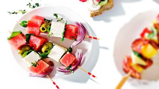 Prikker met watermeloen, rode ui, olijven en feta