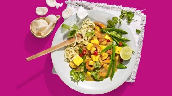 Garnalencurry met limoen, mango en peultjes, mie en kroepoek