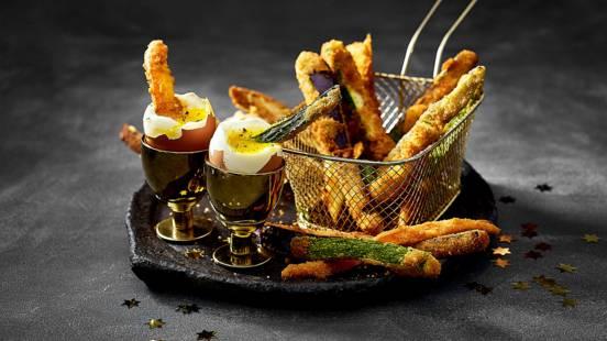 Gouden egg yolk dip met tempura van groenten en goudgebakken kaas-brooddippers