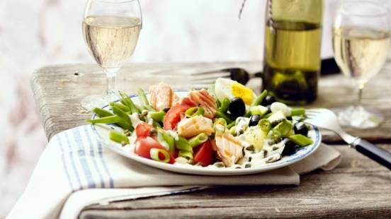 Frisse groente salade niçoise met gegrilde zalm