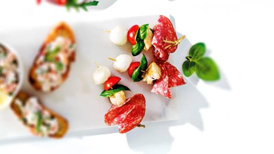 Italiaans spiesje met salami, tomaat, basilicum en mozzarella