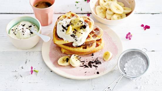 Wafel met koffieslagroom, banaan en grof gesneden chocolade