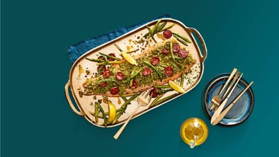 Hele zalm uit de oven met gebakken chorizo en groene asperges