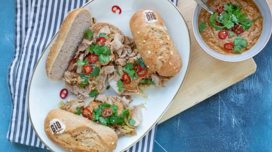 Broodje warm vlees met pindasaus en ui