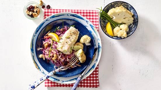 Vishaasjes met geroosterde bloemkool en frisse koolsalade met yoghurt-knoflookdressing