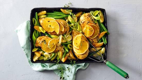 Kipfilet uit de oven met sinaasappelschijfjes, prei, sperziebonen en aardappeltjes