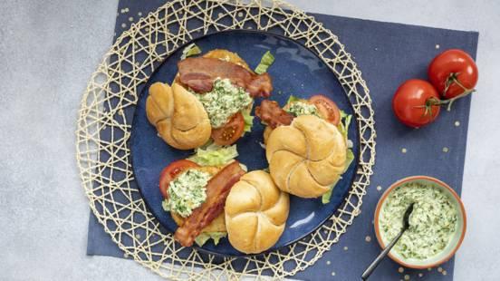 Kaiserbroodje met kabeljauwburger, bacon en ravigotesaus
