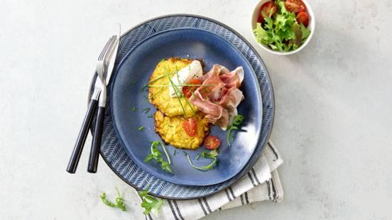 Bloemkool rösti's met parmaham, groene salade en crème fraîche
