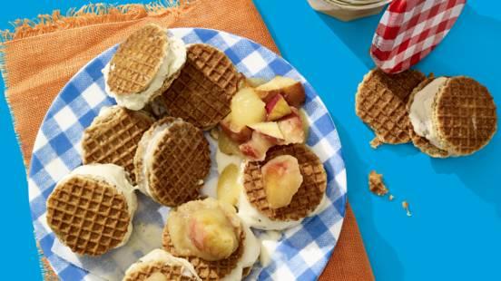 Stroopwafel-ijssandwiches met warme appelcompote