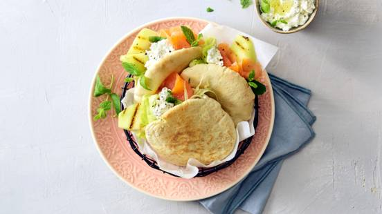 Pitabroodjes gevuld met gegrilde galiameloen, gerookte zalm en cottage cheese