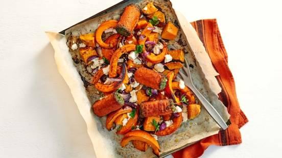 Pompoen en zoete aardappel uit de oven met boomstammetjes en feta