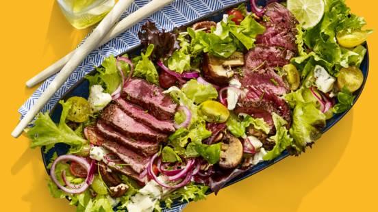 Salade met biefstuk, druiven, gebakken champignons en gorgonzola