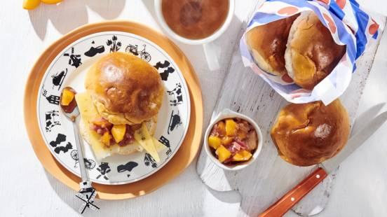 Suikerbollen met nagelkaas en huisgemaakte zoetzure chutney