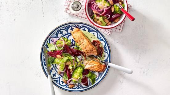 Zalmfilet uit de oven met broccolisalade, bietjes en amandelen