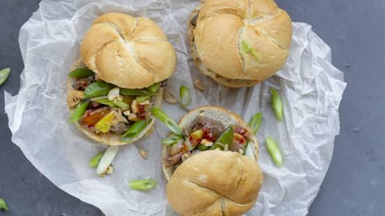 Kaiserbroodjes met biefstukpuntjes en gewokte groenten