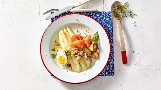 Hollandse asperges met gebakken krieltjes, gerookte Sockeye zalm en Hollandse garnalen