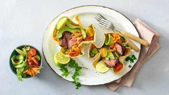 Tacobowls met avocado-wortelsalade, biefstuk en gesmolten kaas