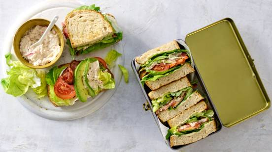 Sandwiches met bacon, krabsalade en avocado
