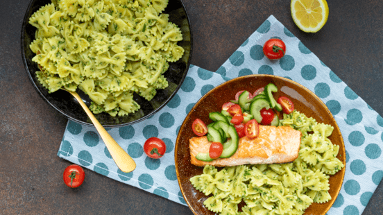 Farfalle met zalm, komkommer  en avocado-kruidensaus