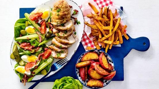 Kiprollade met zoete aardappelfriet, Hollandse salade en gebakken appeltjes