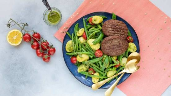 Hamburgers met kruidige krieltjessalade en sperziebonen