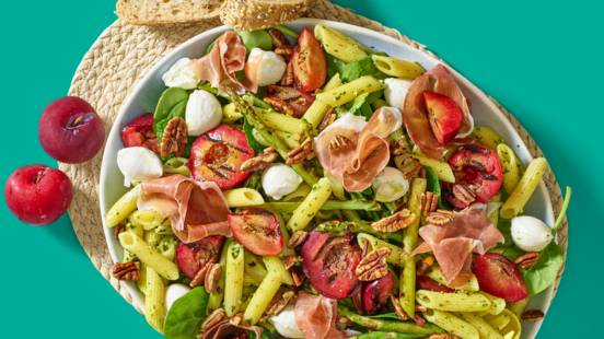 Pastasalade met geroosterde groente en parmaham