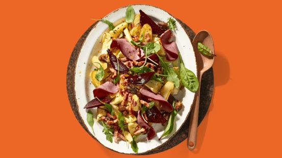 Aardappelsalade met pastinaak, geroosterde kastanjes, bietjes en eendenborst in plakjes