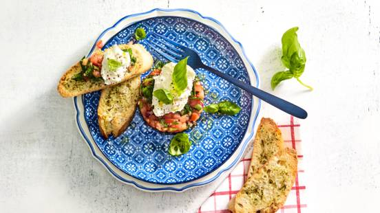 Tomatentartaar met buffelburrata en Hollandse kruidendressing