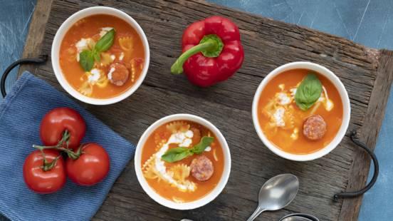 Tomaten-paprikasoep met braadworst