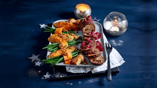 Vegarollade met cranberry-portjus, hasselback zoete aardappelen en bonenrolletjes