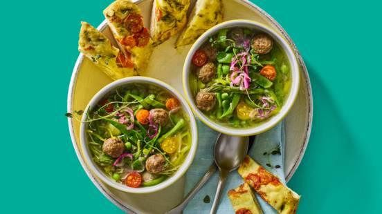 Minestronesoep met frisse groenten, citroen en gehaktballetjes geserveerd met focaccia
