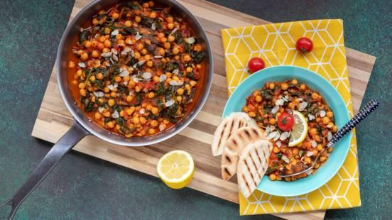 Kikkererwtenstoof met pitabroodjes, spinazie en tomaat